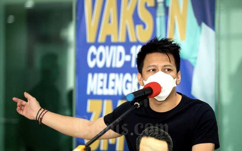 Influencer dan musisi asal Bandung Nazril Irham atau Ariel memberikan keterangan pers usai menerima penyuntikan vaksin Covid-19 Sinovac di Rumah Sakit Khusus Ibu dan Anak (RSKIA) Kota Bandung, Jawa Barat, Kamis (28/1/2021). Pejabat Pemerintah Kota Bandung dan beberapa pesohor menjalani vaksinasi vaksin Covid-19 dosis kedua. Para penerima vaksin dosis kedua hari ini mayoritas tidak merasakan efek samping yang mengganggu aktivitasnya. Bisnis/Rachman
