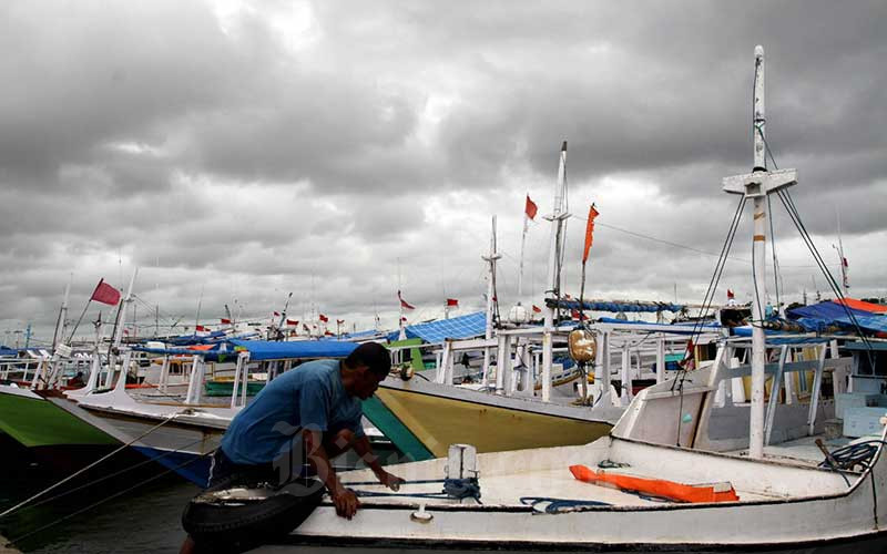 Nelayan melakukan persiapan untuk melaut meski cuaca hujan dan angina measih melanda seputaran Makassar, Kamis (28/1/2021). Kantor Kesyahbandaran Utama Makassar mengeluarkan himbauan untuk pelayaran kapal-kapal nelayan dan kapal antar pulau untuk mengantisipasi cuaca buruk dan gelombang tinggi antara lain terjadi di selat Makassar laut Flores dan kepulauan Selayar. Bisnis/Paulus Tandi Bone