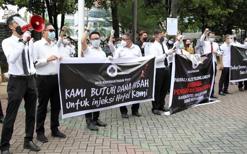 Pelaku pariwisata dari Perhimpunan Hotel dan Restoran Indonesia (PHRI) Sulawesi Selatan melakukan aksi unjukrasa keprihatinan terkait belum cairnya sana hibah pariwisata untuk pemulihan ekonomi di DPRD Makassar, Sulawesi Selatan, Rabu (3/2/2021). Bisnis/Paulus Tandi Bone