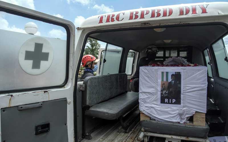 Sejumlah relawan Covid-19 membawa keranda saat aksi unjuk rasa di Gedung DPRD Bantul, di Bejen, Bantul, DI Yogyakarta, Senin (22/2/2021). Aksi yang diikuti sejumlah komunitas relawan penanganan Covid-19 tersebut guna mengecam pernyataan oknum anggota DPRD Kabupaten Bantul yang menyatakan bahwa pemakaman Covid-19 adalah proyek semata. ANTARA FOTO/Hendra Nurdiyansyah