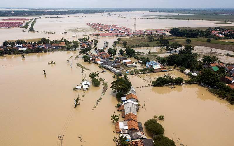 Foto udara banjir menggenangi area persawahan dan pemukiman warga di Kedungwaringin, Kabupaten Bekasi, Jawa Barat, Senin (22/2/2021). ANTARA FOTO/ Fakhri Hermansyah