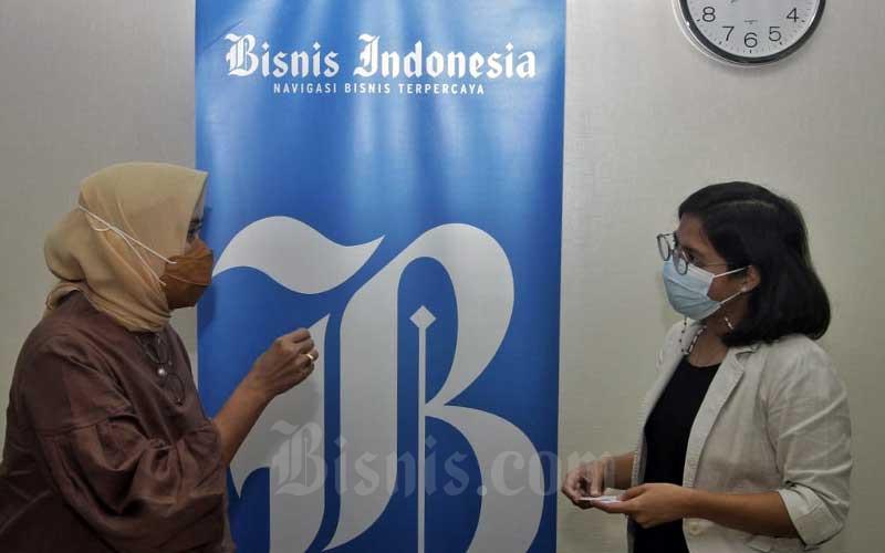 Direktur Utama PT ASDP Indonesia Ferry (Persero) Ira Puspadewi (kiri) berbincang dengan Pemimpin Redaksi Bisnis Indonesia Maria Y. Benyamin di sela-sela kunjungan ke redaksi Bisnis Indonesia di Jakarta, Selasa (23/2/2021). PT ASDP Indonesia Ferry (Persero) menyampaikan dari aspek bisnis penyeberangan, perseroan menargetkan jumlah penumpang pada tahun 2024 meningkat 198 persen menjadi 10,14 juta penumpang dibandingkan tahun 2020 yang sebanyak 3,41 juta penumpang. Bisnis/Himawan L Nugraha
