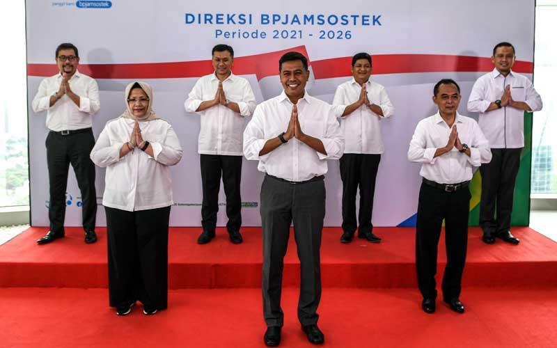 Direktur Utama BP Jamsostek Anggoro Eko Cahyo (tengah) bersama Direktur Pengembangan Investasi Edwin Michael Ridwan (kiri), Direktur Perencanaan Strategis dan TI Pramudya Iriawan Buntoro (kedua kiri), Direktur Pelayanan Roswita Nilakurnia (ketiga kiri), Direktur Umum dan SDM Abdur Rahman Irsyadi (ketiga kanan), Direktur Kepesertaan Zainuddin (kedua kanan) dan Direktur Keuangan Asep Rahmat Swandha (kanan) foto bersama saat perkenalan jajaran direksi periode 2021-2026 di Plaza BP Jamsostek, di Jakarta, Selasa (23/2/2021). Jajaran direksi berharap formasi yang ada saat ini dapat meningkatkan kinerja BPJS Ketenagakerjaan, sehingga mampu mewujudkan visi dan misi dalam mengelola dana pekerja dan memberikan pelayanan terbaik yang optimal. ANTARA FOTO/M Risyal Hidayat