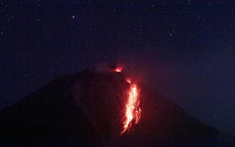 Guguran lava dari puncak Gunung Sinabung terlihat dari di Desa Tigapancur, Simpang Empat, Karo, Sumatera Utara, Kamis (25/2/2021). Pusat Vulkanologi dan Mitigasi Bencana Geologi (PVMBG) di Pos Pemantauan Gunung Api Sinabung mencatat volume kubah lava di puncaknya sudah mencapai 4 juta meter kubik sehingga diimbau untuk warga yang berada pada radius 2.5 kilometer dalam zona merah untuk tidak melakukan aktivitas.ANTARA FOTO/Nova Wahyudi
