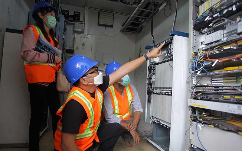 Direktur & Chief Technology Officer XL Axiata, I Gede Darmayusa (tengah), Group Head Service Operation Management XL Axiata,  Waqas Malik (kanan) dan Huawei Account Director untuk XL Axiata, Catherine Guan (kiri) meninjau salah satu BTS yang terdampak banjir di Jakarta, Kamis (25/2/2021). XL Axiata memastikan semua jaringan yang terdampak bencana alam telah pulih dan beroperasi 100 persen dengan normal, termasuk di Jabodetabek akibat banjir di awal pekan ini . ANTARA FOTO/ Reno Esnir