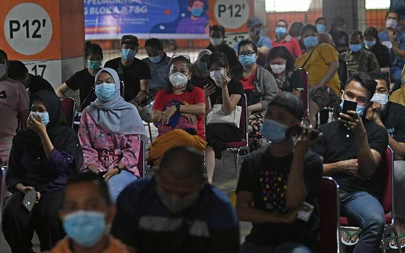 Pedagang mengantre untuk mengikuti vaksinasi Covid-19  di Blok A Pasar Tanah Abang Jakarta, Kamis (25/2/2021). Kementerian Kesehatan memperpanjang periode vaksinasi Covid-19 pedagang di Pasar Tanah Abang hingga 2 Maret 2021 karena masih tingginya animo pedagang yang ingin divaksin mencapai 21.250 orang. ANTARA FOTO/Wahyu Putro A