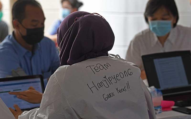 Petugas kesehatan menyuntikan vaksin Covid-19 kepada pedagang di Blok A Pasar Tanah Abang Jakarta, Kamis (25/2/2021). Kementerian Kesehatan memperpanjang periode vaksinasi Covid-19 pedagang di Pasar Tanah Abang hingga 2 Maret 2021 karena masih tingginya animo pedagang yang ingin divaksin mencapai 21.250 orang. ANTARA FOTO/Wahyu Putro A.