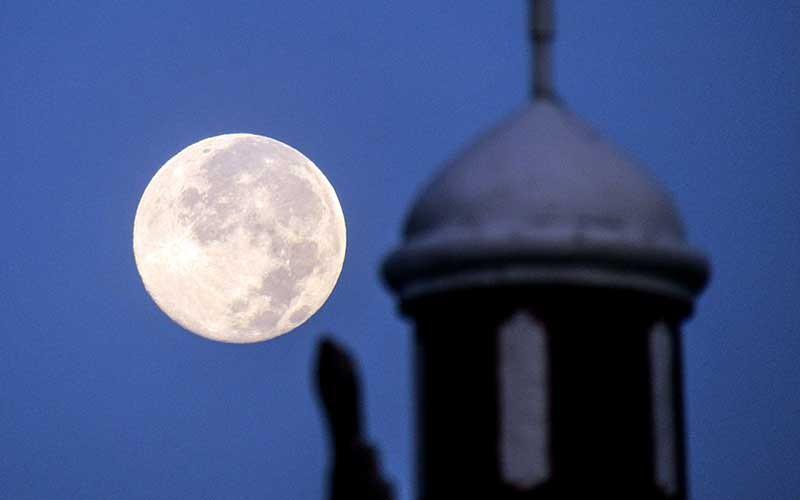 Bulan purnama terlihat di langit kawasan Depok, Jawa Barat, Minggu (28/2/2021).  Menurut Pusat Edukasi Sains Antariksa LAPAN, secara tradisional, bulan purnama di bulan Februari 2021 disebut juga Bulan Purnama Salju (Bulan Salju Penuh) karena di belahan utara Bumi, hujan salju turun di sisa musim dingin. ANTARA FOTO/Yulius Satria Wijaya