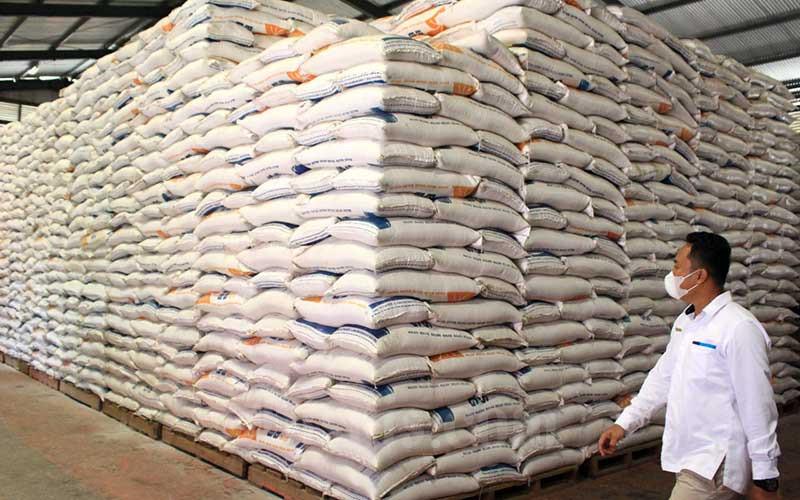 Pekerja Bulog melihat stok beras yang tersedia di Gudang Ampalu, Bypass Padang, yang diklaim cukup untuk memenuhi kebutuhan hingga momen Ramadhan 2021 nanti, Senin (1/3/2021). Perum Bulog Sumbar menyatakan saat ini stok beras yang ada di sejumlah gudang di Perum Bulog Wilayah Sumbar mencapai 10.000 ton. Dari stok itu, Bulog melakukan penyaluran beras sebanyak 2.500 ton hingga 3.000 per bulan nya untuk 19 kabupaten dan kota di Sumbar. Bisnis/Noli Hendra