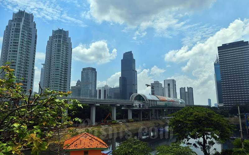 Proyek pembangunan Lintas Raya Terpadu (LRT) di Jakarta, Senin (1/3/2021). Bank Dunia mencatat kebutuhan investasi infrastruktur nasional selama 2020-2024 mencapai Rp6.445 triliun. Anggaran yang murni datang dari negara hanya mencapai 37 persen, sementara itu badan usaha milik negara (BUMN) diramalkan dapat berkontribusi hingga 21 persen. Sedangkan sektor swasta dapat berkontribusi hingga 42 persen dari total target pendanaan Bisnis/Abduracman