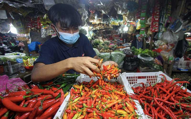 Pedagang melayani pembeli di salah satu pasar tradisional di Jakarta, Senin (1/3/2021). Badan Pusat Statistik (BPS) melaporkan Indeks Harga Konsumen pada Februari 2021 mengalami inflasi sebesar 0,10 persen dibandingkan dengan bulan sebelumnya (month-to-month/mtm). Kepala BPS Suhariyanto mengatakan, secara tahunan inflasi pada Februari 2021 tercatat sebesar 1,38 persen (year-on-year/yoy). Bisnis/Arief Hermawan P