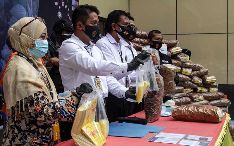 Penyidik menunjukkan barang bukti kerupuk yang diduga mengandung boraks saat gelar kasus penyalahgunaan bahan berbahaya pada makanan di Polresta Sidoarjo, Jawa Timur, Senin (1/3/2021). Satreskrim Polresta Sidoarjo berhasil mengungkap kasus tindak pidana tersebut dengan mengamakan dua tersangka dan barang bukti berupa kerupuk siap edar sebanyak 3,9 ton dan 1,4 juta ton boraks. ANTARA FOTO/Umarul Faruq