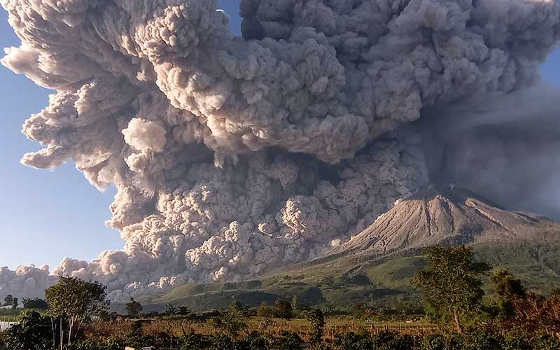 Gunung Sinabung menyemburkan material vulkanik saat erupsi di Desa Kuta Rakyat, Naman Teran, Karo, Sumatera Utara, Selasa (2/3/2021). Gunung Sinabung erupsi dengan tinggi kolom 5.000 meter di atas puncak. ANTARA FOTO/Sastrawan Ginting