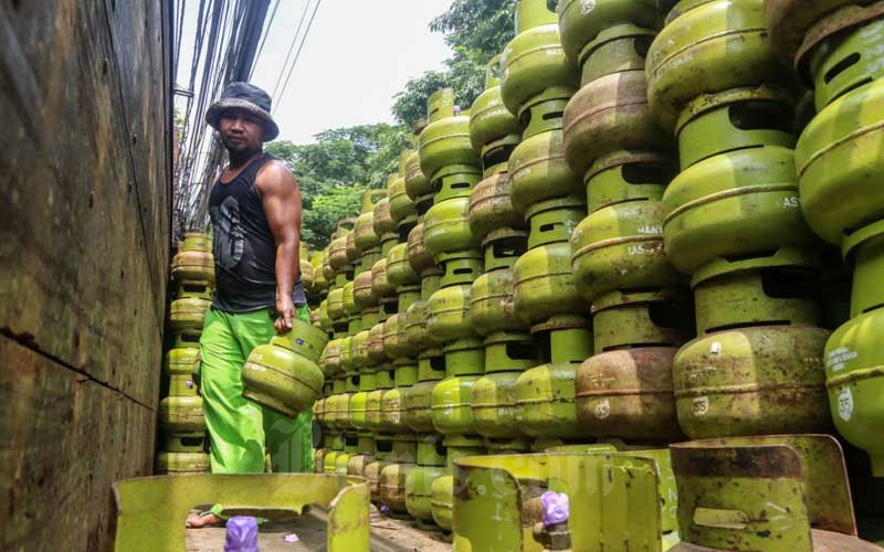 Pekerja melakukan bongkar muat gas LPG 3 kg di Jakarta, Selasa (2/3/2021). PT Pertamina (Persero) menyatakan target penyaluran LPG 3 kilogram (kg) bersubsidi tahun ini sebanyak 7,5 juta metrik ton, angka itu naik dari realisasi 2020 yang sebanyak 7,14 juta metrik ton. Bisnis/Eusebio Chrysnamurti