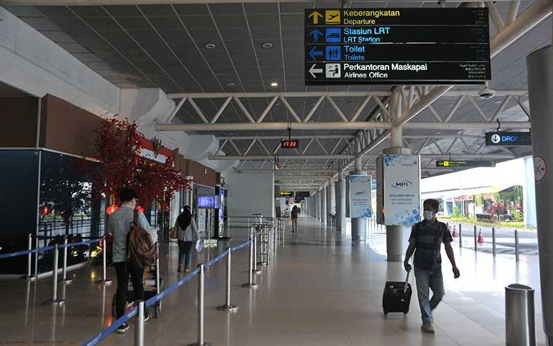 Sejumlah calon penumpang pesawat udara berjalan di selasar Bandara Sultan Mahmud Badaruddin II, Palembang, Sumatera Selatan, Selasa (2/3/2021). Badan Pusat Statistik (BPS) melaporkan jumlah penumpang angkutan udara domestik pada Januari 2021 sebanyak 2,34 juta orang atau mengalami penurunan bila dibandingkan dengan Desember 2020 yang sebanyak 3,18 juta orang disebabkan oleh kewajiban tes Covid-19 dan imbauan pembatasan keberangkatan. ANTARA FOTO/Feny Selly