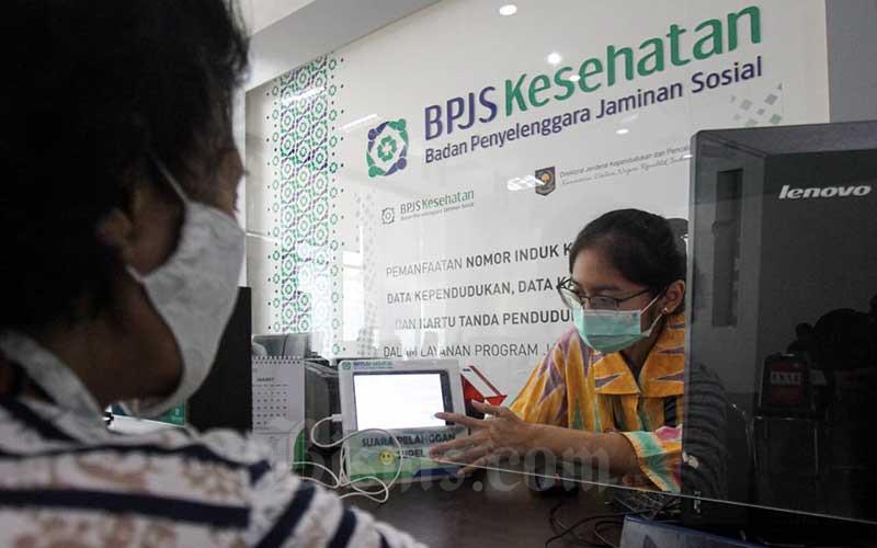 Karyawati melayani pengunjung di salah satu kantor cabang BPJS Kesehatan di Jakarta, Rabu (3/3/2021). Badan Penyelenggara Jaminan Sosial (BPJS) Kesehatan bersiap untuk melakukan investasi dana jaminan sosial yang berasal dari iuran peserta, seiring terus membaiknya kondisi keuangan. Anggota Dewan Jaminan Sosial Nasional (DJSN) dari unsur pemerintah Mohamad Subuh mengatakan bahwa pengelolaan dana jaminan sosial dari program jaminan kesehatan nasional (JKN) menjadi salah satu perhatian jajaran dewan pengawas dan direksi BPJS Kesehatan periode 2021–2026. Bisnis/Arief Hermawan P