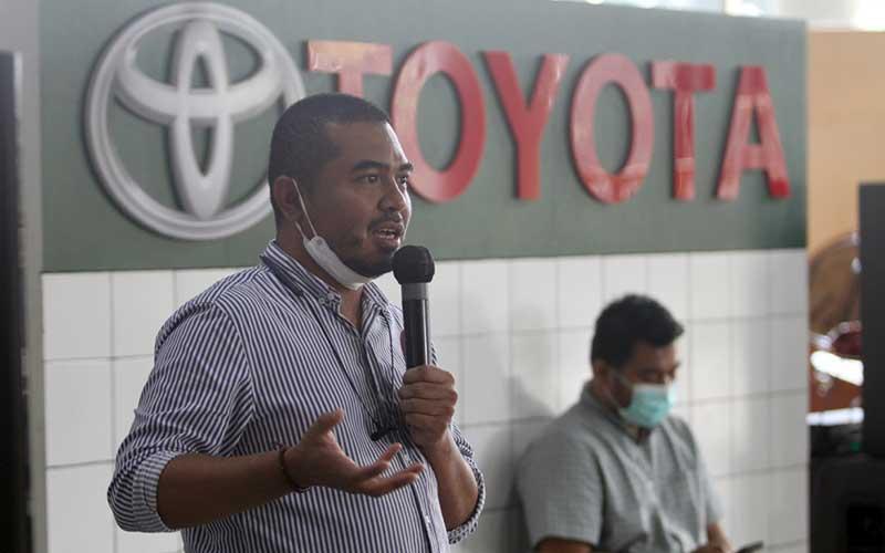 Supprt Manager Kalla Toyota memaparkan kinerja perseroan di Makassar, Sulawesi Selatan, Rabu (3/3/2021). Adanya reklaksasi Pajak Penjualan Atas Barang Mewah (PPnBM) menyebabkan penjualan mobil mengalami penurunan hinggah puluhan juta. Kalla Toyota mencatat telah membukukan daftar inden sebesar 600 unit dimana didominasi oleh tipe Rush. Bisnis/Paulus Tandi Bone
