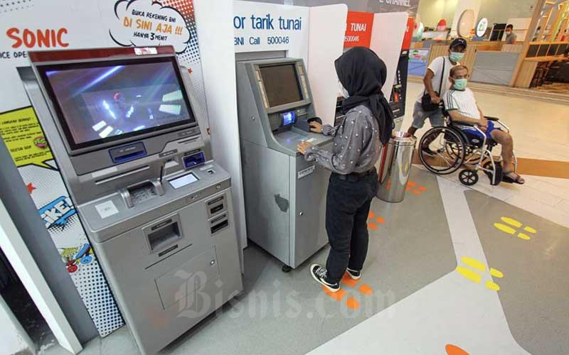 Nasabah melakukan transaksi keuangan di cabang digital salah satu bank di Jakarta, Kamis (4/3/2021). Lembaga Penjamin Simpanan (LPS) kembali menurunkan tingkat bunga penjaminan LPS untuk simpanan rupiah pada bank umum menjadi 4,25 persen dan untuk valuta asing di bank umum sebesar 0,75 persen, sedangkan tingkat bunga penjaminan untuk rupiah pada BPR menjadi sebesar 6,75 persen. Kebijakan tersebut didasarkan pada perkembangan terkini pemulihan perekonomian yang memerlukan dukungan berupa sinergi kebijakan dari otoritas keuangan. Bisnis/Arief Hermawan P