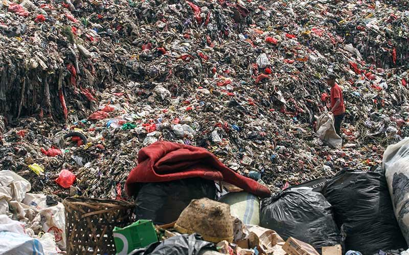 Pemulung mengumpulkan sampah plastik di Tempat Pembuangan Akhir (TPA) Cipayung, Depok, Jawa Barat, Kamis (4/3/2021). Pemerintah Kota Depok berencana merevitalisasi TPA Cipayung mulai tahun 2022 dengan metode Refuse Derived Fuel (RDF) karena sudah melebihi kapasitas untuk menampung sampah. ANTARA FOTO/Asprilla Dwi Adha