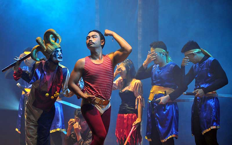 Seniman sanggar Teater Kini Berseri menampilkan pertunjukan operet berjudul Sirkus Bulan Sabit di Denpasar, Bali, Sabtu (6/3/2021). Operet tersebut mengisahkan sisi lain dari kehidupan para pekerja pertunjukan hiburan khususnya sirkus yang juga diharapkan dapat membangkitkan semangat berkesenian selama masa pandemi Covid-19. ANTARA FOTO/Fikri Yusuf