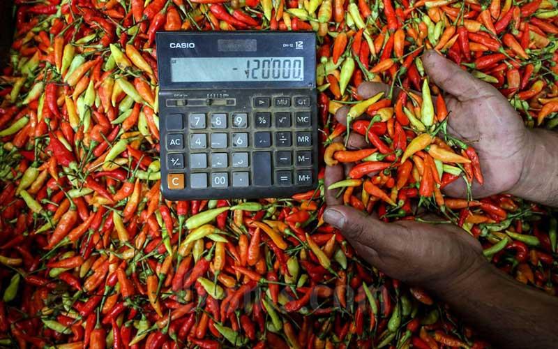 Pedagang menata tumpukan cabai di Pasar Senen, Jakarta, Minggu (7/3/2021). Menurut pedagang harga cabai rawit merah masih tinggi sejak seminggu terakhir, saat ini harga cabai rawit merah di pasar tersebut dijual Rp120.000 per kilogram. Bisnis/Eusebio Chrysnamurti