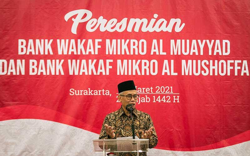 Ketua Dewan Komisioner Otoritas Jasa Keuangan (OJK) Wimboh Santoso memberikan sambutan pada acara Peresmian Bank Wakaf Mikro (BWM) Al Muayyad dan Al Mushoffa di Kantor OJK, Solo, Jawa Tengah, Minggu (7/3/2021). OJK saat ini telah mendirikan 60 BWM dengan diresmikannya BWM di Pondok Pesantren Al Muayyad dan Ponpes Al Qur'aniyy Azzayadiy, dengan total penerima manfaat sekitar 41.436 nasabah dan total pembiayaan mencapai Rp60,6 miliar. ANTARA FOTO/Mohammad Ayudha