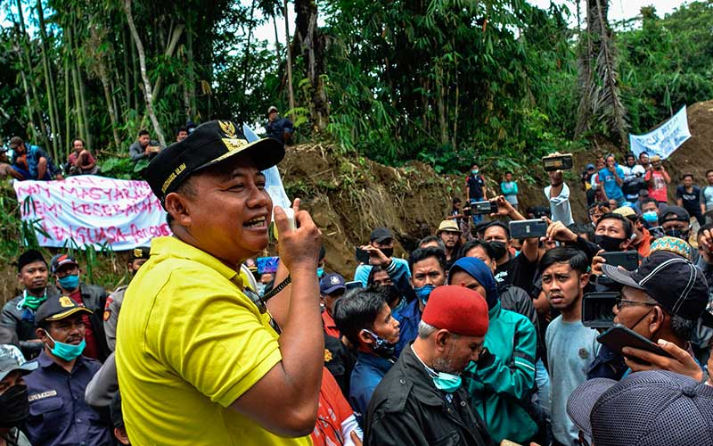 Wakil Gubernur Jabar Uu Ruzhanul Ulum (kiri) menyampaikan pernyataan kepada warga saat sidak lokasi tambang pasir di Kampung Pasir Ipis, Desa Padakembang, Kabupaten Ciamis, Jawa Barat, Minggu (7/3/2021). Sidak tersebut untuk menghentikan sementara aktivitas pertambang galian pasir di Leuweung Keusik, Gunung Galunggung, karena diduga ada pemalsuan dokumen Izin Usaha Penambangan (IUP) CV Trican yang dikeluarkan oleh Pemprov Jabar pada 2019. ANTARA FOTO/Adeng Bustomi