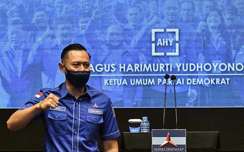Ketua Umum Partai Demokrat Agus Harimurti Yudhoyono (AHY) mengepalkan tangannya sesaat sebelum menyampaikan keterangan kepada wartawan usai rapat  dengan Ketua DPD Partai Demokrat se-Indonesia terkait Kongres Luar Biasa (KLB) Partai Demokrat, Jakarta, Minggu (7/3/2021). Dari hasil rapat tersebut seluruh Ketua DPD Demokrat di 34 Provinsi menolak KLB yang berlangsung di Deli Serdang, Sumatera Utara dan tetap mendukung AHY sebagai Ketua Umum Partai Demokrat. ANTARA FOTO/ Fakhri Hermansyah