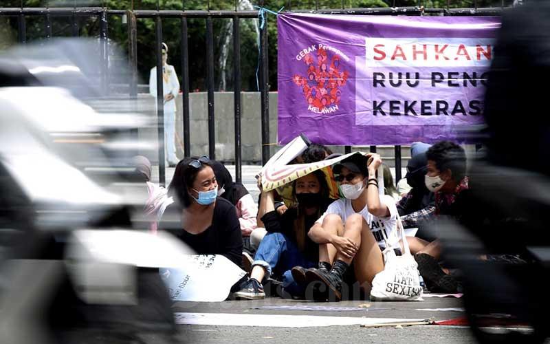 Sejumlah aktivis yang didominasi kaum perempuan yang tergabung dalam Simpul Pembebasan Perempuan (Simpulpuan) melakukan aksi unjuk rasa dalam rangka memperingati International Women's Day (Hari Perempuan Internasional) di depan Gedung Sate, Bandung, Jawa Barat, Senin (8/3/2021). Dalam aksi memperingati Hari Perempuan Sedunia yang jatuh setiap 8 Maret ini aktivis menyuarakan penolakan tindakan kekerasan terhadap perempuan serta tuntutan pada pemerintah tentang kesetaraan kaum perempuan. Aksi kali ini juga menjadi momentum untuk mendorong pengesahan Rancangan Undang-Undang Penghapusan Kekerasan Seksual (RUU PKS). Bisnis/Rachman
