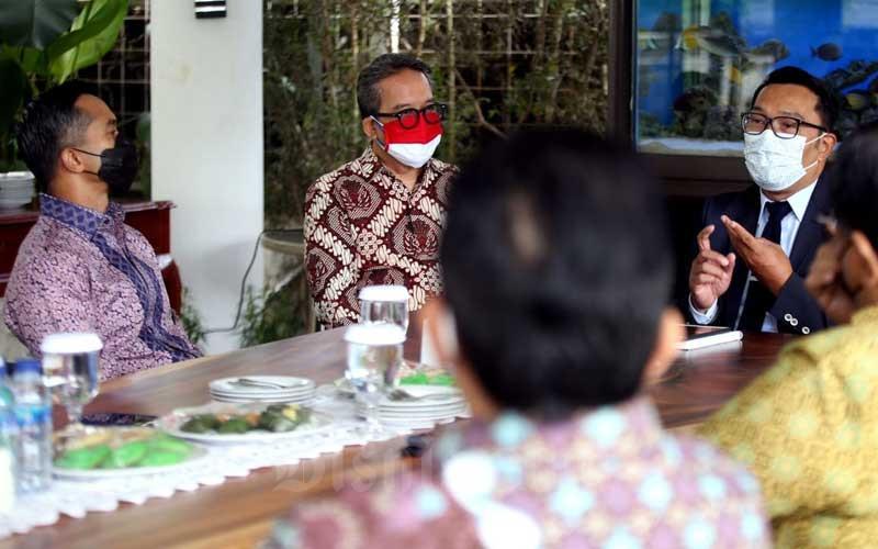 Wakil Ketua Umum Bidang Organisasi, Keanggotaan dan Pemberdayaan Daerah Kamar Dagang dan Industri (Kadin) Indonesia Anindya N. Bakrie (kiri) berbincang dengan Gubernur Jawa Barat Ridwan Kamil (kanan) saat melakukan pertemuan di Gedung Negara Pakuan, Bandung, Jawa Barat, Selasa (9/3/2021). Pada pertemuan tersebut Ridwan Kamil menyatakan dukungannya terhadap rencana Anindya Bakrie maju sebagai calon Ketua Umum Kadin Indonesia. Secara khusus, Ridwan Kamil menitipkan visi misi Jawa Barat pada Kadin sebagai motor perekonomian nasional dan daerah. Bisnis/Rachman