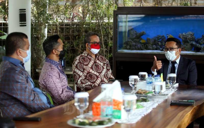 Wakil Ketua Umum Bidang Organisasi, Keanggotaan dan Pemberdayaan Daerah Kamar Dagang dan Industri (Kadin) Indonesia Anindya N. Bakrie (kedua kiri) didampingi Wakil Ketua Umum Kadin Bidang Konstruksi dan Infrastruktur Erwin Aksa (kiri) berbincang dengan Gubernur Jawa Barat Ridwan Kamil (kanan) saat melakukan pertemuan di Gedung Negara Pakuan, Bandung, Jawa Barat, Selasa (9/3/2021). Pada pertemuan tersebut Ridwan Kamil menyatakan dukungannya terhadap rencana Anindya Bakrie maju sebagai calon Ketua Umum Kadin Indonesia. Secara khusus, Ridwan Kamil menitipkan visi misi Jawa Barat pada Kadin sebagai motor perekonomian nasional dan daerah. Bisnis/Rachman