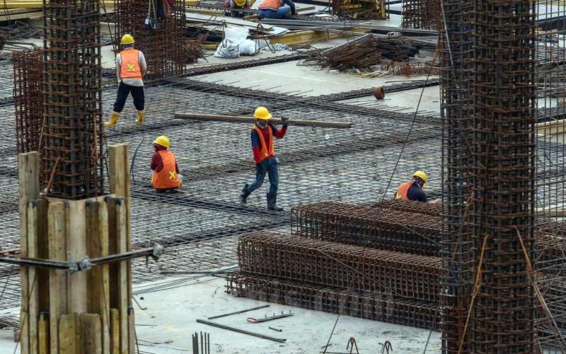 Pekerja beraktivitas di salah satu proyek properti di Tangerang Selatan, Banten, Selasa (9/3/2021). Pemerintah menggulirkan insentif untuk sektor properti, yaitu pada real estate dan sektor konstruksi, karena kontribusinya terhadap ekonomi nasional selama 20 tahun terakhir terus meningkat, dari 7,8 persen pada tahun 2000 menjadi 13,6 persen pada tahun 2020. Bisnis/Eusebio Chrysnamurti