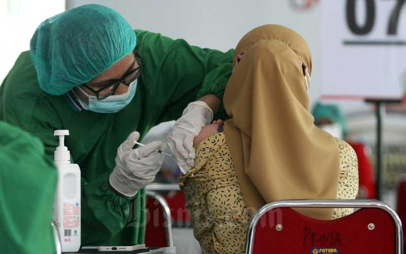 Para pelaku industri jasa keuangan mendapatkan vaksin di Makassar, Sulawesi Selatan, Selasa (6/4/2021). Vaksin tersebut diselenggarakan oleh Forum Komunikasi Industri Jasa Keuangan (FKIJK) Sulawesi Selatan dan Barat menargetkan 500 orang untuk hari pertama dengan total sebanyak 1500 orang selama lima hari pelaksanaan. Bisnis/Paulus Tandi Bone