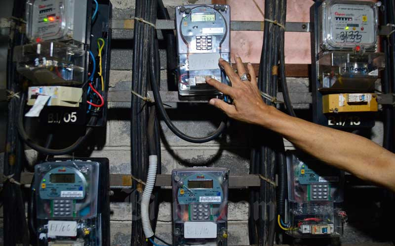 Warga memeriksa meteran listrik di Rusun Bendungan Hilir, Jakarta, Selasa (6/4/2021). Pemerintah memutuskan untuk tetap memberikan stimulus sektor ketenagalistrikan kepada masyarakat dan pelaku usaha akibat pandemi Covid-19. Stimulus keringanan berupa diskon tarif tenaga listrik, dan pelaksanaan pembebasan biaya beban atau abonemen, serta pembebasan penerapan ketentuan rekening minimum diperpanjang pada periode triwulan II/2021. Bisnis/Fanny Kusumawardhani