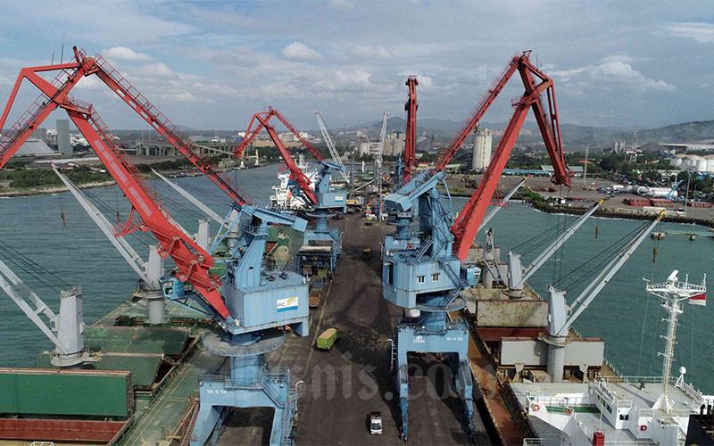 Foto udara aktivitas di Pelabuhan Ciwandan, Cilegon, Banten, Rabu (7/4/2021). Sejak tahun 2017 Pelabuhan Ciwandan berubah dari Pelabuhan Kelas II menjadi Pelabuhan Kelas Utama dikarenakan peningkatan kinerja dan pendapatan usaha perusahaan sehingga pelabuhan tersebut terus melakukan penataan dan peningkatan dibidang pelayanan dan fasilitas. Total trafik barang di Pelabuhan Ciwandan pada tahun 2020 sebesar 6.039.000 ton yang terdiri dari General Cargo 1.300.000 ton, Bag Cargo 60.000 ton, Curah Cair 494.000 ton dan Curah Kering 4.186.000 ton. Bisnis/Eusebio Chrysnamurti