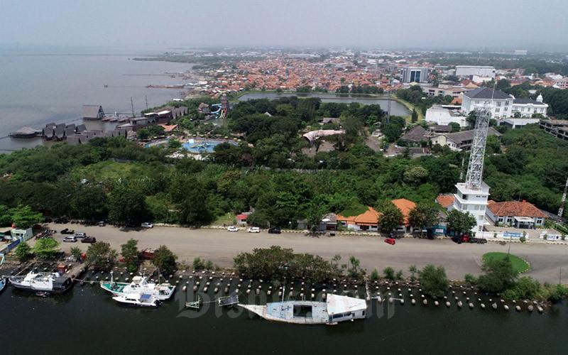 Suasana di kawasan Pelabuhan Cirebon, Jawa Barat, Sabtu (10/4/2021). Pengembangan Pelabuhan Cirebon menjadi Heritage Port direncanakan akan dilakukan dengan mengoptimalkan eksisting bangunan tua yang ada saat ini untuk pariwisata. Bisnis/Eusebio Chrysnamurti