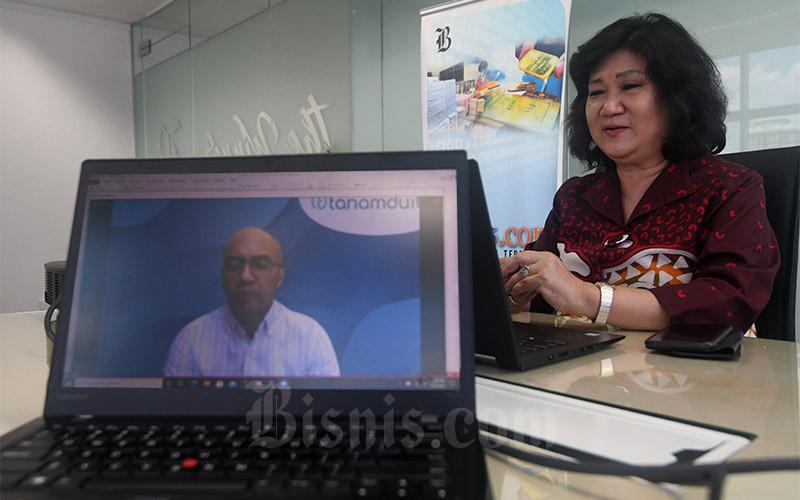 Co-Founder Tanamduit Muhammad Hanif dan Presiden Direktur PT Jurnalindo Aksara Grafika (JAG) Lulu Terianto berkomunikasi pada acara Market Outlook secara virtual di Jakarta. Senin (12/4/2021). PT UOB Asset Management Indonesia (UOBAM Indonesia) dan Tanamduit menjalin kemitraan dalam menawarkan Reksa Dana UOBAM Indeks Bisnis-27 (UOBAM IB-27) kepada nasabah investor. Kerja sama ini bertujuan untuk menciptakan akses yang lebih luas ke produk investasi untuk mencapai inklusi keuangan. Bisnis/Abdurachman