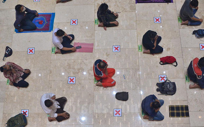 Jemaah melakukan ibadah salat tarawih di Masjid Istiqlal, Jakarta, Senin (12/4/2021). Masjid Istiqlal menyelenggarakan salat tarawih pertama 1 Ramadhan 1442 Hijriyah setelah Kementerian Agama menetapkan awal puasa dimulai pada Selasa (13/4). Salat tarawih dilaksanakan dengan protokol kesehatan yang ketat dan dibatasi maksimal 2 ribu jamaah. Bisnis/Fanny Kusumawardhani