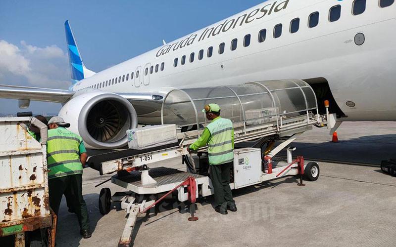 Petugas kargo memasukkan kontainer berisi empat orangutan yang terdiri atas dua Orangutan Sumatera (pongo abelii) dan dua Orangutan Kalimantan (pongo pygameus), ke dalam bagasi pesawat Garuda Indonesia, di Bandara Yogyakarta, Senin (12/4/2021). Garuda Indonesia mendukung proses konservasi satwa langka dilindungi, dengan menerbangkan empat Orangutan dari Yogyakarta menggunakan armada Airbus A330-300 (GA215) menuju Jakarta, yang dilanjutkan dengan menggunakan armada Boeing 737-800 (GA 560) menuju Balikpapan. Bisnis