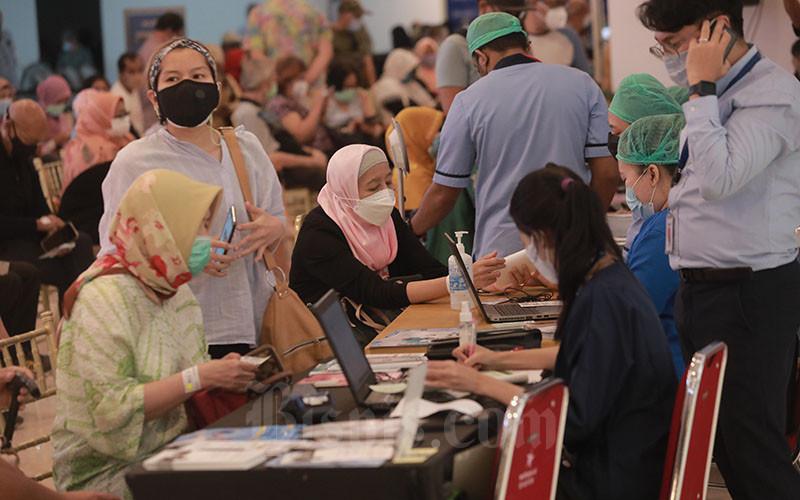 Suasana vaksinasi Lansia dan tenaga pendidik Covid-19 di Lippo Mall Kemang, Jakarta, Senin (12/04/2021). Layanan vaksinasi guru ini sebagai bentuk dukungan Lippo Group untuk membantu percepatan vaksin guru yang diharapkan bisa mencapai 1 ribu per hari di Lippo Mall Kemang guna membantu rencana Pemerintah yang ingin mempercepat vaksinasi tenaga pendidik dengan tujuan agar Pembelajaran Tatap Muka (PTM) bisa berjalan dengan aman. Bisnis/Abdurachman