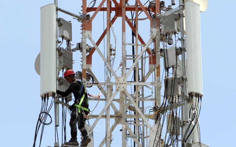 Teknisi melakukan pengecekan rutin pemancar telepon selular (base transceiver station/bts) di Makassar, Sulawesi Selatan, Kamis (15/4/2021). Menteri Komunikasi dan Informatika Johnny G. Plate mengatakan sebagai upaya mitigasi terjadinya gangguan jaringan, Kemenkominfo meminta penyelenggara telekomunikasi untuk memeriksa dan menyiapkan jaringan cadangan secara rutin selama Ramadan dan Lebaran. Bisnis/Paulus Tandi Bone