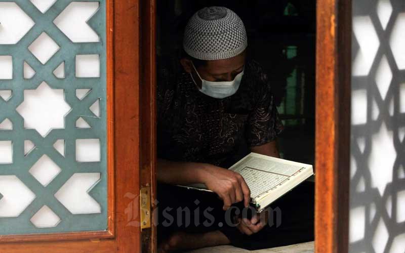 Umat muslim membaca Al Quran di Masjid Agung Sunda Kelapa, Jakarta, Kamis (15/4/2021). Bulan Ramadan banyak dimanfaatkan umat muslim untuk membaca Al Quran atau tadarus guna meningkatkan amal ibadah. Bisnis/Himawan L Nugraha