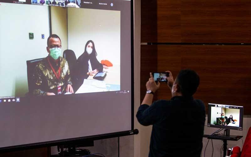 Mantan Menteri Kelautan dan Perikanan (KKP) Edhy Prabowo (kiri) menjalani sidang perdana kasus dugaan suap izin ekspor benih bening lobster atau benur yang digelar secara virtual dari Pengadilan Tipikor di Gedung Merah Putih KPK, Jakarta, Kamis (15/4/2021). Sidang tersebut beragendakan pembacaan dakwaan oleh Jaksa Penuntut Umum KPK. ANTARA FOTO/Dhemas Reviyanto