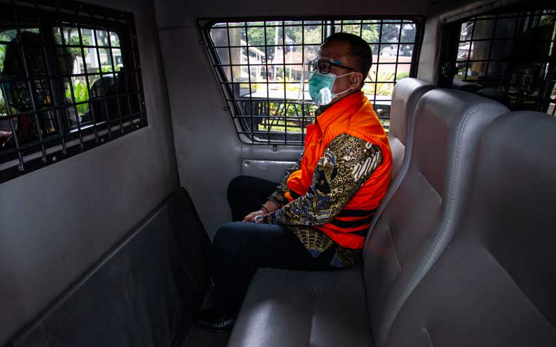 Mantan Menteri Kelautan dan Perikanan (KKP) Edhy Prabowo berada di dalam mobil tahanan usai menjalani sidang perdana kasus dugaan suap izin ekspor benih bening lobster atau benur yang digelar secara virtual dari Pengadilan Tipikor di Gedung Merah Putih KPK, Jakarta, Kamis (15/4/2021). Sidang tersebut beragendakan pembacaan dakwaan oleh Jaksa Penuntut Umum KPK. ANTARA FOTO/Dhemas Reviyanto