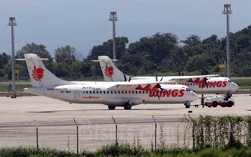 Pesawat berada di apron Bandara Sultan Hasanuddin Makassar, Sulawesi Selatan, Jumat (16/4/2021). Kamar Dagang dan Industri Indonesia (Kadin) menyerukan kepada pemerintah bahwa operator penerbangan masih membutuhkan stimulus biaya parkir pesawat apabila kebijakan larangan mudik (6 Mei 2021 - 17 Mei 2021) berlaku. Bisnis/Paulus Tandi Bone
