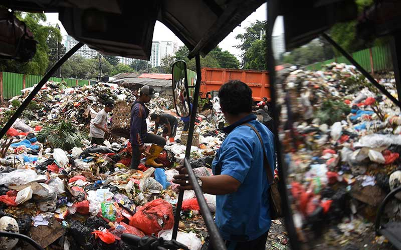 Pemulung memilah sampah yang masih bernilai di tempat pembuangan sampah sementara di kawasan Kalibata, Jakarta, Sabtu (17/4/2021). Menurut petugas Dinas Lingkungan Hidup setempat volume sampah pada bulan Ramadan 1442 Hijriah meningkat sebesar 20 persen dibandingkan hari biasa. ANTARA FOTO/Indrianto Eko Suwarso