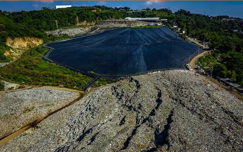 Foto udara lapisan geomembran menutup hamparan lahan bekas timbunan sampah untuk menghasilkan metana pada proyek Pembangkit Listrik Tenaga Sampah (PLTSa) Landfill Gas di Tempat Pembuangan Akhir Jatibarang, Kota Semarang, Jawa Tengah, Sabtu (17/4/2021). Pada tahun 2021 Pemerintah Kota Semarang berencana mengembangkan proyek Pengelolaan Sampah Energi Listrik (PSEL) berteknologi insinerator yang akan menghasilkan 20 Megawatt listrik sebagai upaya mengurangi produksi sampah sekitar 1.000 ton per hari di TPA tersebut. ANTARA FOTO/Aji Styawan