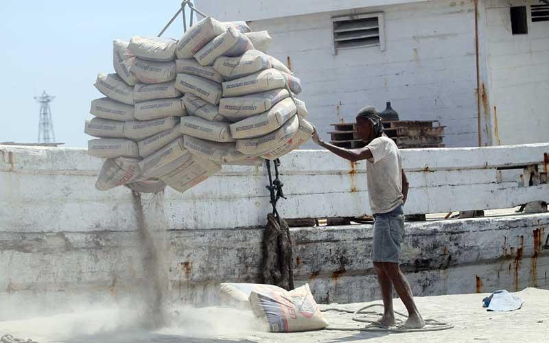 Pekerja memindahkan semen keatas kapal di Pelabuhan Paotere Makassar, Sulawesi Selatan, Senin (19/4/2021). Data Asosiasi Semen Indonesia (ASI) mengatakan konsumsi semen nasional per Maret 2021 mencapai 5,33 juta ton atau tumbuh 11,4 persen secara tahunan. Adapun, produksi semen pada akhir kuartal I/2021 tumbuh 23 persen menjadi 6,62 juta ton. Bisnis/Paulus Tandi Bone