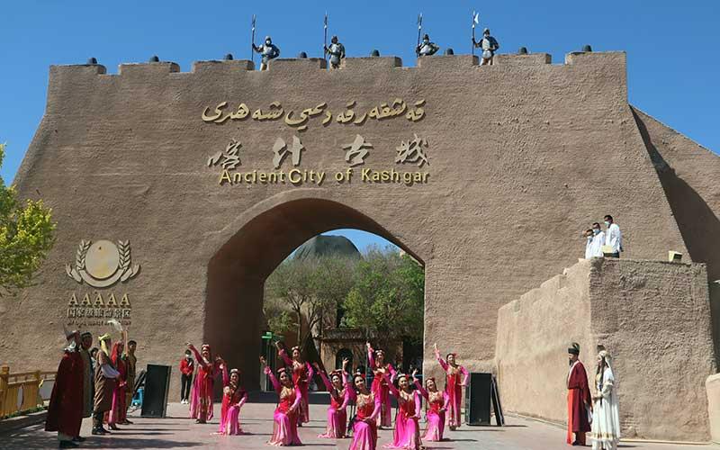 Para penari kaum etnis minoritas Muslim Uighur menyambut para pengunjung Kota Tua Kashgar, wilayah selatan Daerah Otonomi Xinjiang, China, Senin (19/4/2021). Sektor pariwisata di Kashgar masih belum sepenuhnya pulih sehingga pemerintah daerah setempat bekerja keras dengan menambah daya tarik wisata. ANTARA FOTO/M. Irfan Ilmie