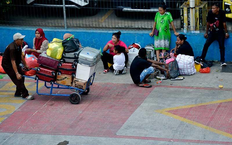 Calon penumpang menunggu kedatangan kapal di Pelabuhan Sukarno Hatta, Makassar, Sulawesi Selatan, Senin (19/4/2021). Peraturan pemerintah yang melarang mudik dalam upaya pencegahan penyebaran Covid-19 tersebut membuat sebagian warga memilih mudik lebih awal, sementara diperkirakan peningkatan pemudik akan terjadi jelang berlakunya pelarangan mudik pada (6/5) mendatang . ANTARA FOTO/Abriawan Abhe